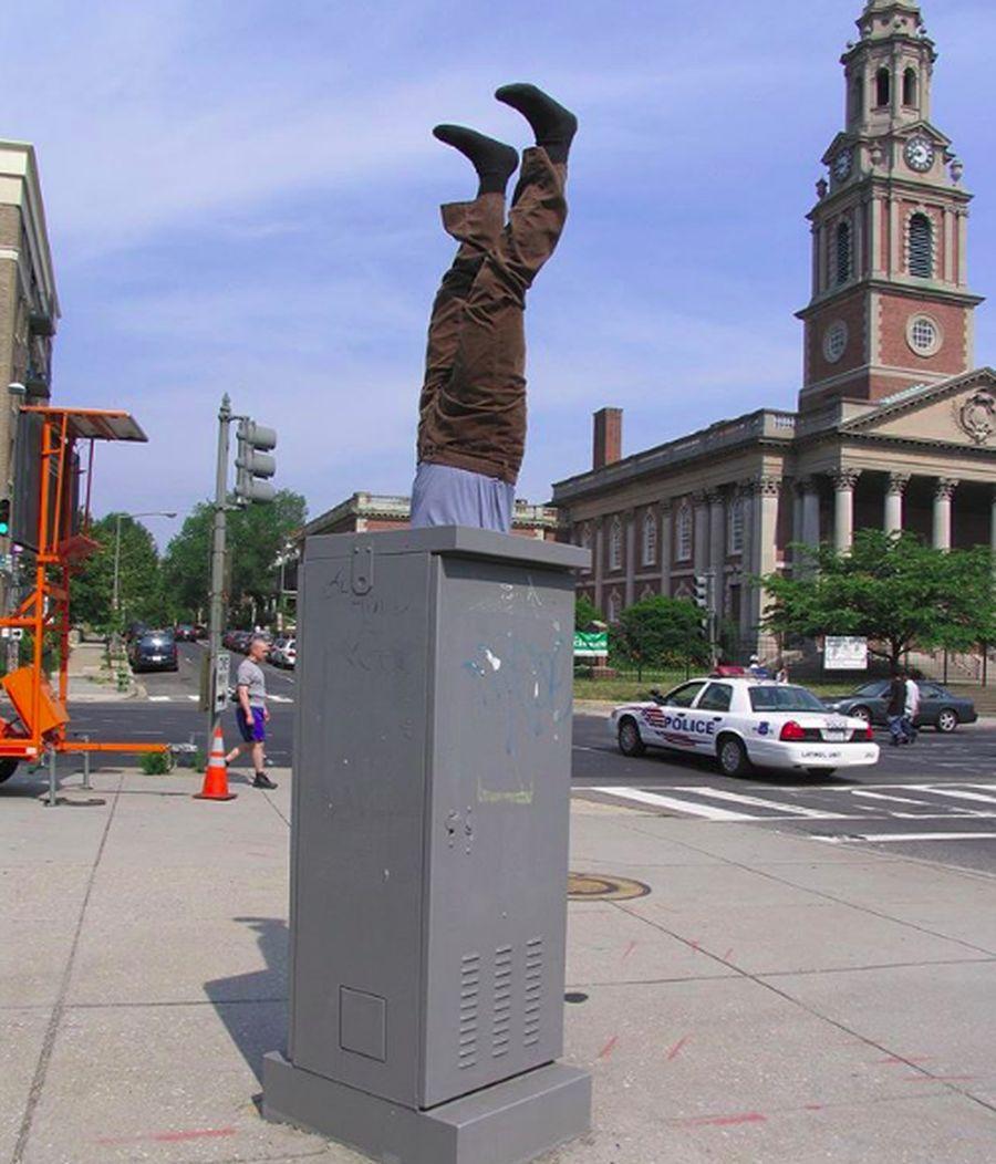 Seorang seniman Amerika melakukan unik dalam mengenalkan seni dan menikmati perjalanannya. Dia selalu membuat pose manekin di setiap kota yang disinggahinya. (jenki.ns/Instagram)