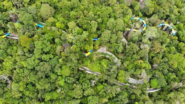 Saat dibuka nanti, seluncuran menawarkan sensasi petualangan meluncur selama empat menit mengular turun ke lereng sedalam 70 meter, melewati pemandangan hutan(ESCAPE)