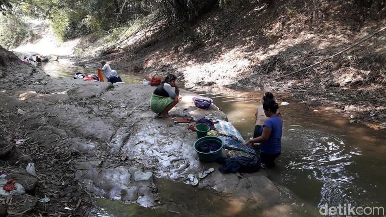 Dilanda Kekeringan, Warga Bekasi Cuci Baju-Mandi di Sungai