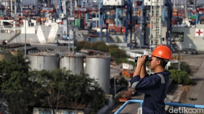 Kepala Kesyahbandaran Utama Tanjung Priok Amiruddin menemui anak buah kapal (ABK) dalam rangka memperingati Hari Pelaut Sedunia.