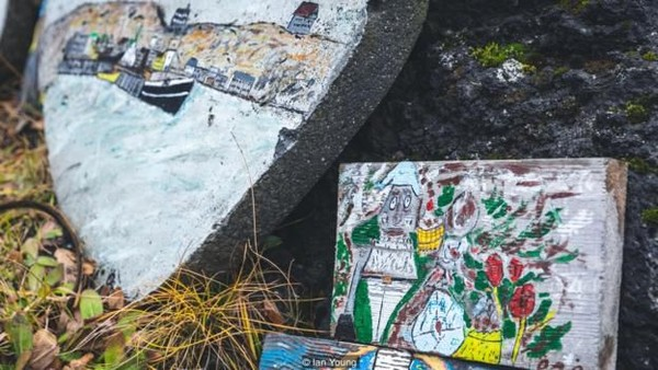 Sehingga brand peri sudah menjadi industri rumahan di Islandia. Suvenir yang berkaitan dengan peri laku di kalangan turis. (Ian Young/BBC)