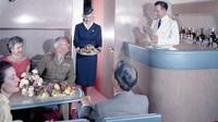 Baru pada tahun 1988 layar kecil, selebar 2,7 inci dipasang di bagian belakang kursi. Layanan alkohol gratis zaman dulu (AirlineRatings.com/CNN)
