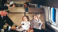 Di masa lalu, penumpang membunuh wajtu dengan berbagai hal baik, seperti bermain kartu, bercakap-cakap atau makan bersama (AirlineRatings.com/CNN)