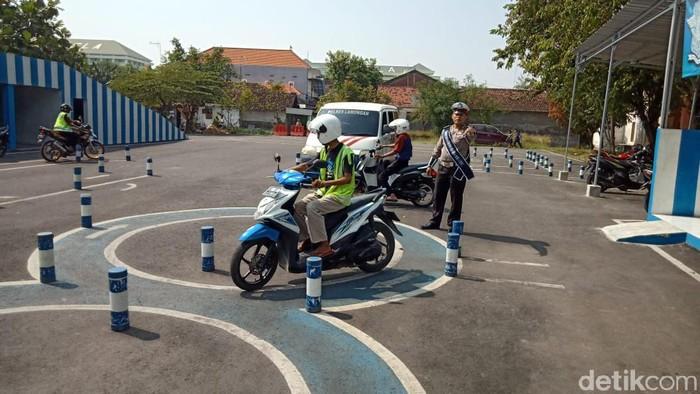 Couching clinic tes praktik bikin SIM di Mapolres Lamongan