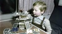 Kini, maskapai penerbangan berlomba-lomba menawarkan layanan digital terbaru. Sedangkan dulu, seorang anak bermain menyusun kartu (AirlineRatings.com/CNN)