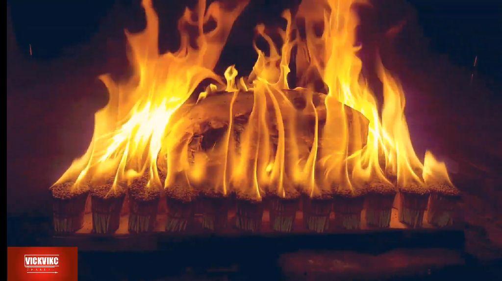 Gokil! Pria Ini Panggang Ayam Pakai Ribuan Batang Korek Api
