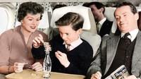 Tak hanya bermain kartu, terlihat anak dan ibu yang sedang menyusun batang korek api di atas botol (British Airways/CNN)