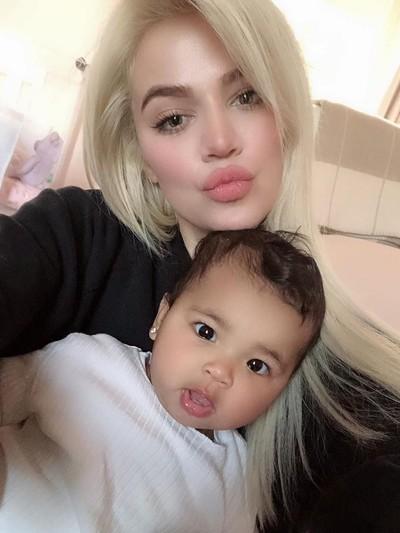 Khloe Kardashian bersama anaknya, True Thompson. Foto: Instagram @khloekardashian