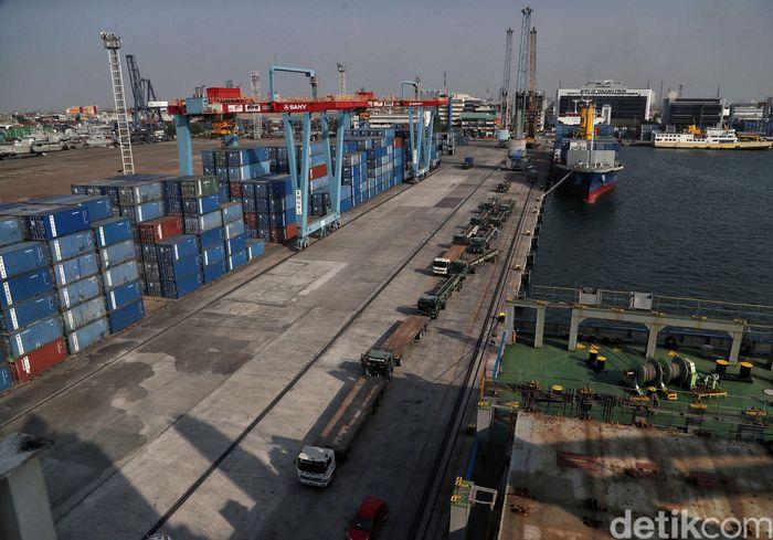 Suasana bongkar muat peti kemas di kawasan Pelabuhan Tanjung Priok, Jakarta Utara, Jumat (28/6).