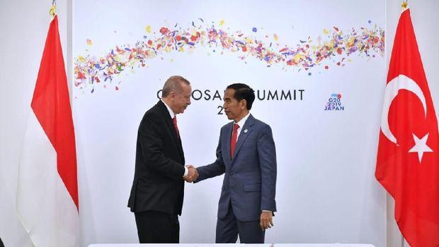 Jokowi Bakal Reshuffle Kabinet Demi Kebijakan 'Gila'?