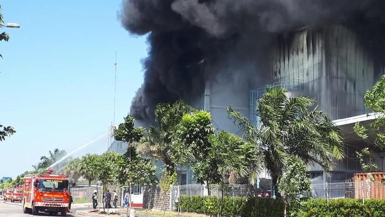 Pabrik Plastik di Jababeka Terbakar, Polisi: Sumber Api dari Gudang