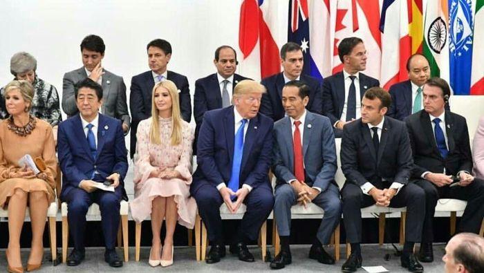 Presiden Jokowi dan Presiden Amerika Serikat Donald Trump nampak akrab dalam sesi foto bersama pemimping negara-negara G20. Dalam akun Instagramnya, Presiden Jokowi menulis apapun acaranya , di sela-selanya masih bisa mengobrol bahkan sekadar bisik-bisik. Pool/IG @jokowi.