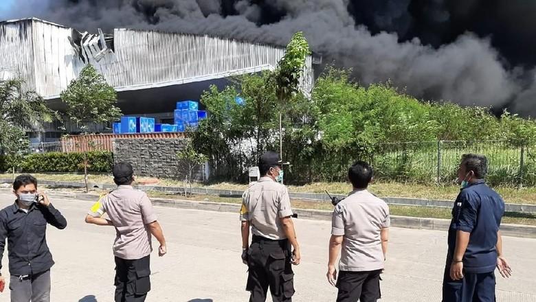 Pabrik Plastik di Kawasan Jababeka Terbakar, 29 Damkar Diterjunkan