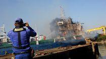 Kapal Kargo Terbakar di Surabaya