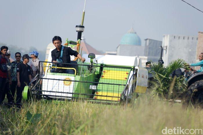 Ada juga mesin memanen padi.