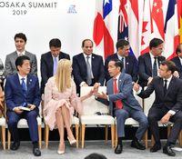 Momen Jokowi Berbincang dengan Si Cantik Ivanka Trump
