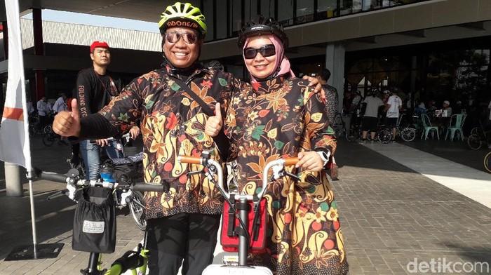 Pasangan ini tetap penuh gaya walau berkeringat usai bersepeda. Foto: Rosmha Widiyani/detikHealth