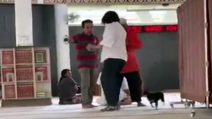 Perempuan yang membawa anjing masuk ke mesjid disebut punya riwayat gangguan jiwa. (Foto: tangkapan layar video)