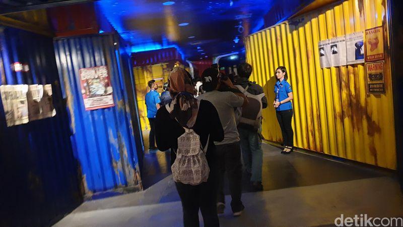 Suasana seru akan menyambut saat memasuki Trans Studio Jakarta. Bagian awal ini dikonsep dengan tembok dari susunan kontainer (Ahmad Masaul Khoiri/detikcom)