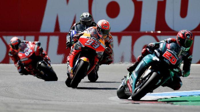 Fabio Quartararo (kanan) dinilai punya gaya membalap layaknya sudah senior di MotoGP. (Foto: Piroschka Van De Wouw/Reuters)
