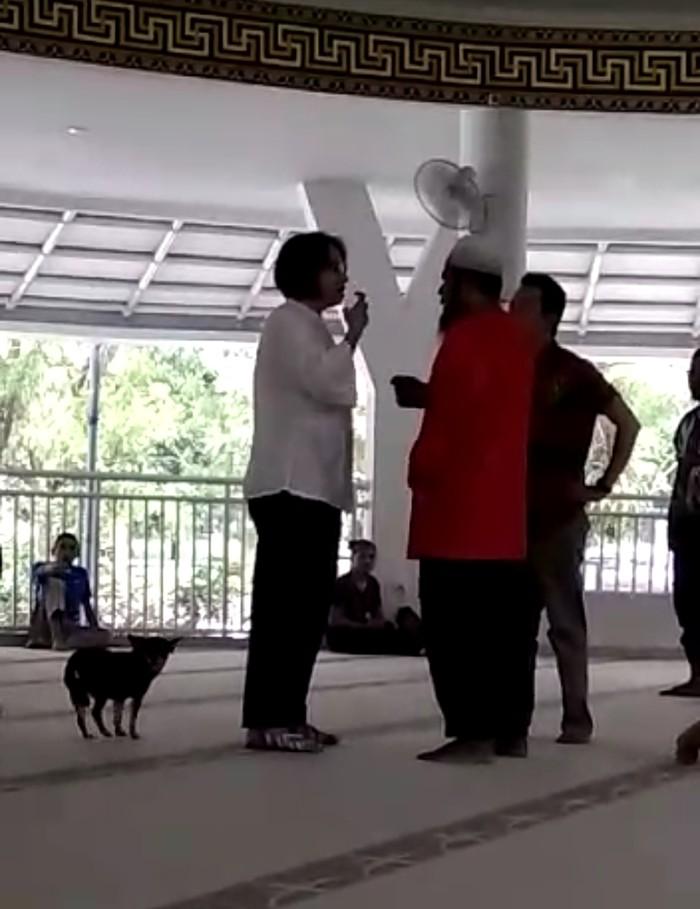 Anjing masuk masjid di Bogor. (Screenshot video viral di Internet)