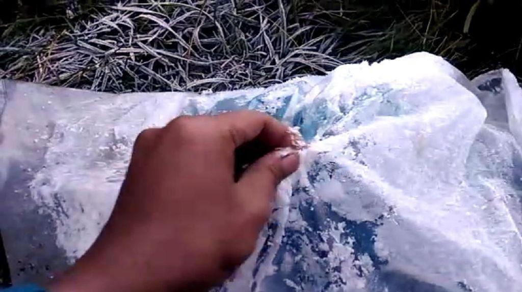 Fenomena Salju di Gunung Gede Pangrango, Pendaki: Embun Membeku