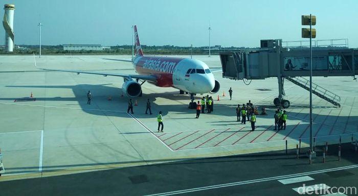 Pendaratan perdana dilakukan oleh pesawat AirAsia yang terbang dari Bali. Begitu pun penerbangan perdana dilakukan pesawat AirAsia dengab tujuan Bali.