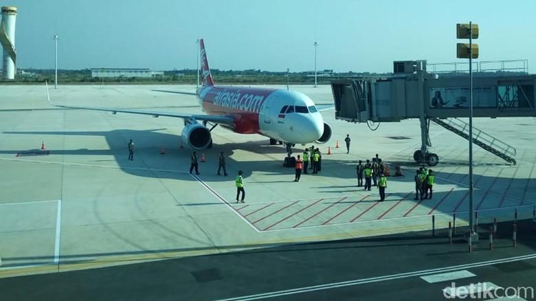 Bandara Internasional Jawa Barat (BIJB) alias Bandara Kertajati (KJT) pagi ini resmi melayani pendaratan dan penerbangan perdana pesawat bermesin jet komersil dalam rangka penataan rute yang sebelumnya terjadwal di Bandara Internasional Husein Sastranegara (BDO). Pantauan detikFinance di lokasi, Minggu (30/6/2019), pendaratan perdana dilakukan oleh pesawat AirAsia yang terbang dari Bali. Begitu pun penerbangan perdana dilakukan pesawat AirAsia dengab tujuan Bali.