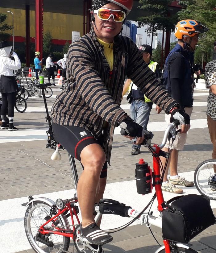 Irwan memilih baju lurik dan blangkon khas Yogya untuk kegiatan pada Minggu (30/6/2019). Tepat di bawah baju lurik, Irwan menggunakan baju olahraga yang bisa menyerap keringat. Irwan sejak tahun 2000 telah menekuni olahraga, namum akhirnya memilih sepeda lipat dengan tipe M6 L. (Foto: Rosmha Widiyani/detikHealth)