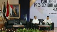 Hanya pasangan nomor urut 01, Jokowi-Maruf yang hadir dalam pleno penetapan presiden dan wapres terpilih. Kedua kompak mengenakan baju warna putih.
