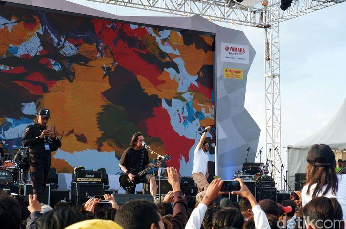 Krisyanto menyanyikan lagu-lagu hits Jamrud.