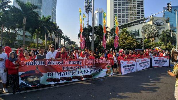 Peserta membentangkan spanduk ucapan selamat untuk Jokowi.