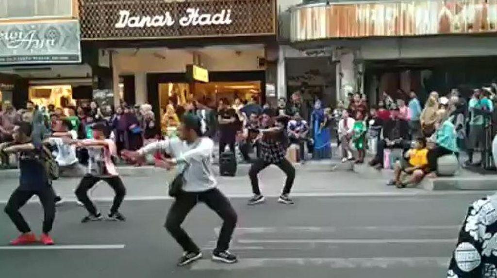 Flash Mob Tari di Malioboro dan Penyegaran Seni Tradisi