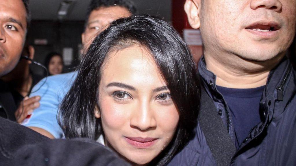 Senyum Vanessa Angel Setelah Bebas dari Penjara