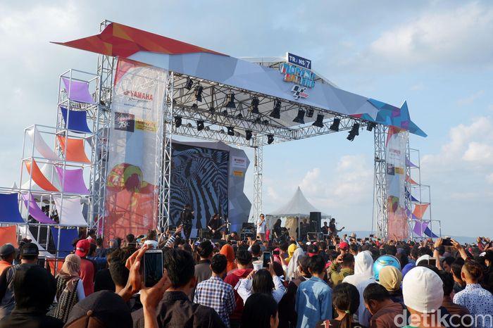 Jamrud menghibur penonton jelang nobar MotoGP di Pantai Marina Boom Banyuwangi.