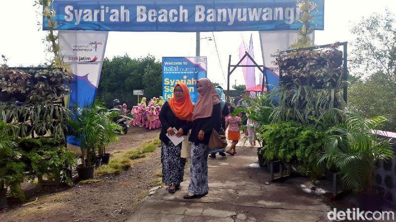 Inilah Pantai Pulau Santen di Banyuwangi ditetapkan sebagai destinasi wisata halal. Di pantai syariah ini, pengunjung pria dan wanita dipisah. Ada yang menuding ini merupakan bentuk Arabisasi. (Putri Akmal/detikcom)