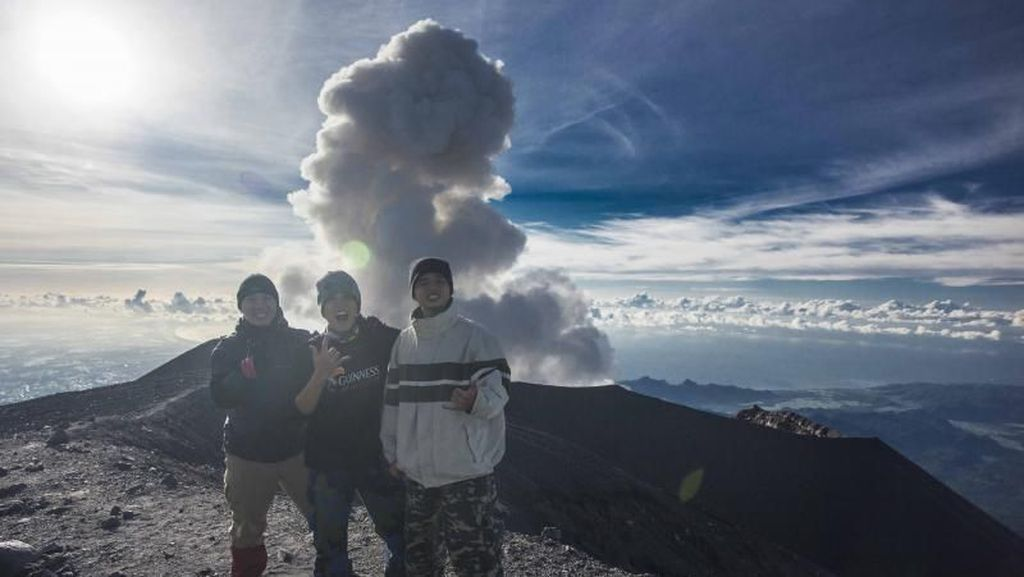 Pengalaman Menjelajahi Puncak Gunung Tertinggi di Jawa