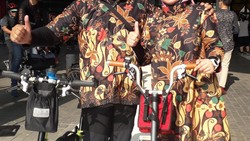 Sebanyak 700 peserta ikut dalam Sunday Ride with Will Butler Adams. Para pesepeda Brompton ini pakai kostum kece, berikut fotonya.