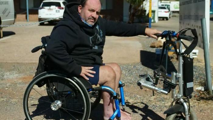 Colin dihentikan oleh polisi karena kursi rodanya terlalu cepat. (Foto: ABC)