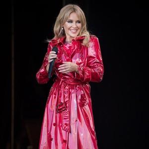 Pakai Gaun Rp 900 Juta, Kylie Minogue Memukau di Glastonbury Setelah Kanker
