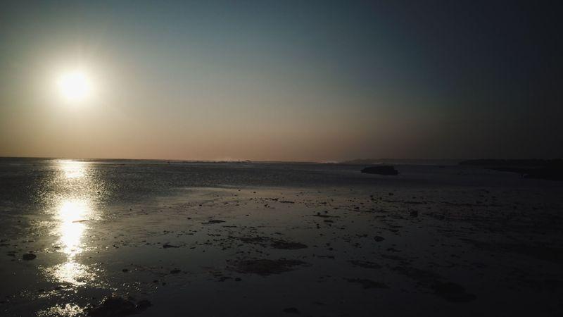 Seperti inilah saat mentari tenggelam di Pantai Ujunggenteng, Sukabumi. (Syahdan Alamsyah/detikcom)