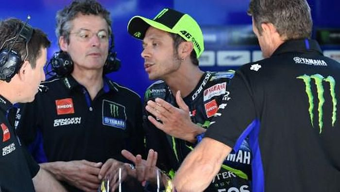 Monster Energy Yamahas Italian rider Valentino Rossi (C) talks to mechanics during the Catalunya MotoGP Grand Prix third free practice session at the Catalunya racetrack in Montmelo, near Barcelona, on June 15, 2019. (Photo by LLUIS GENE / AFP)