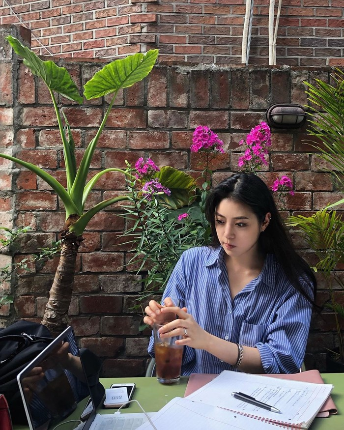 Namanya kerap menjadi sorotan setelah penampilannya yang mempesona. Mendapatkan julukan Dewi Air, atlet cantik Jeong Darae sering membagikan momen kulinerannya di Instagram. Foto: Instagram @jeong.darae