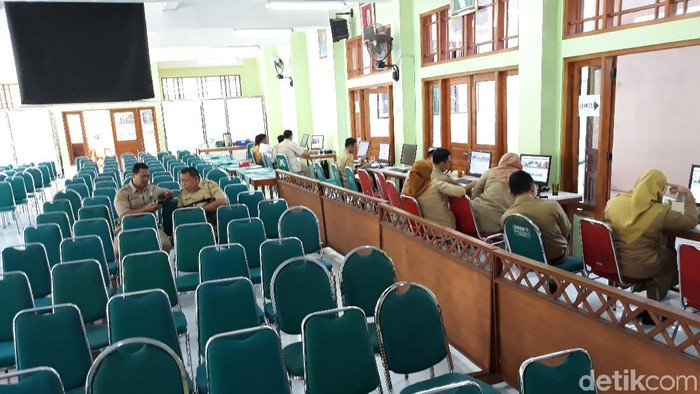Bangku-bangku yang sudah tertata di depan pusat informasi PPDB SMAN 4 Surakarta tampak kosong. Foto: Bayu Ardi Isnanto/detikcom
