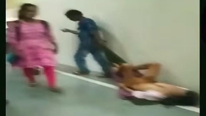 Dalam video tampak pasien diseret dengan kain di atas lantasi. (Foto: Tangkapan layar Facebook)
