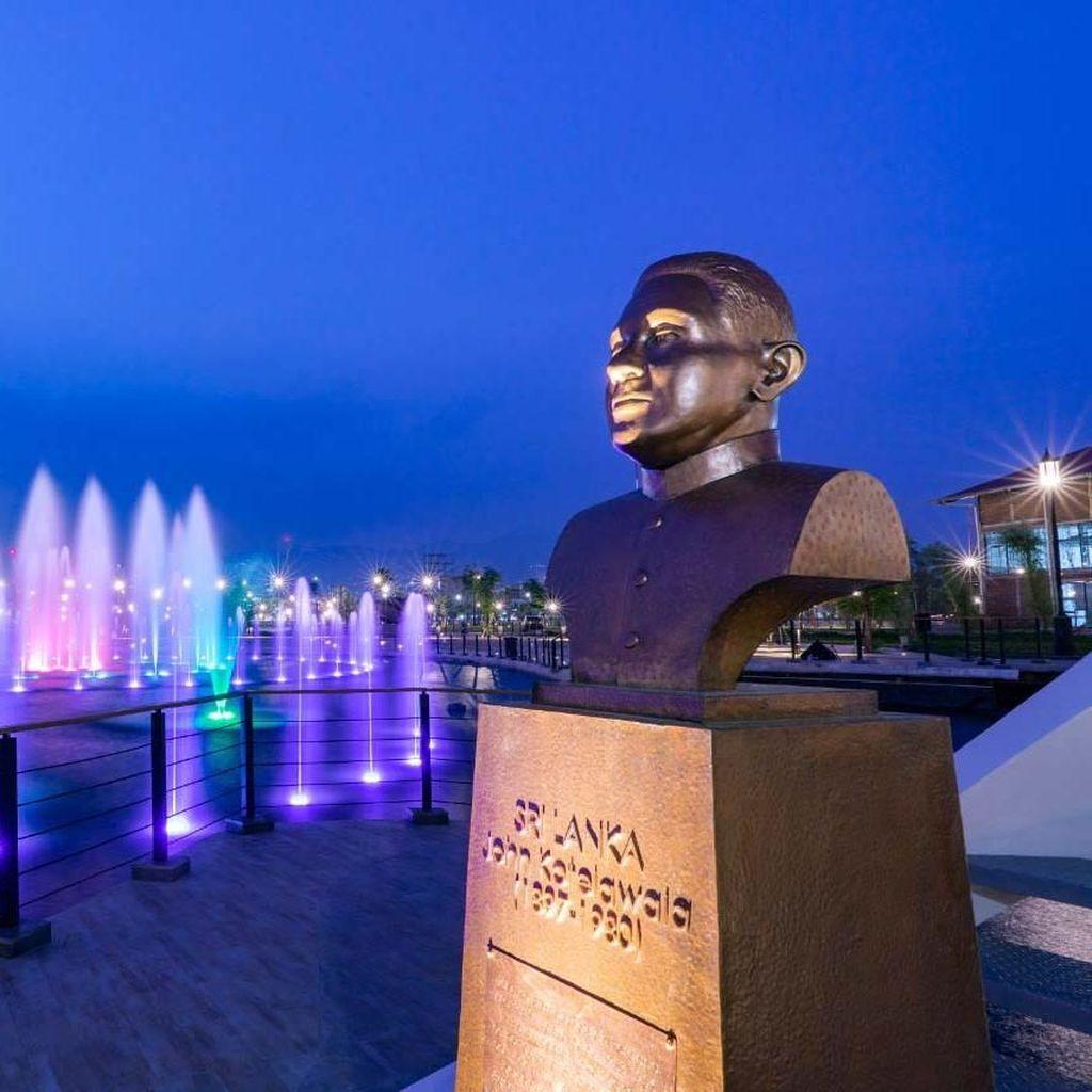Pengunjung Sesaki Kiara Artha Park Bandung Akhir Pekan