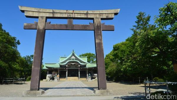 Torii atau gerbang kuil khas Jepang manjadi ornamen bangunan pertama yang akan dijumpai sebelum memasuki area kuil. (Dana Aditiasari/detikcom)