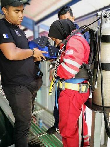 Kisah Hijabers yang Jadi Wanita Tukang Las Bawah Laut Pertama di Malaysia