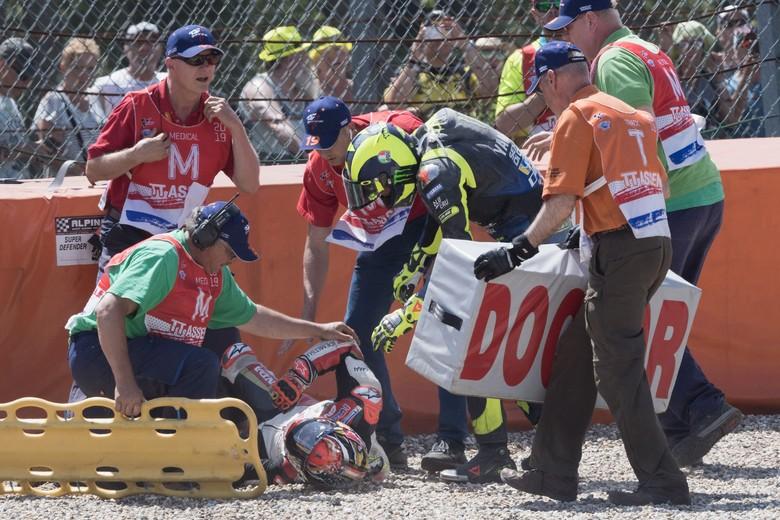 Valentino Rossi dan Takaaki Nakagami jatuh. Foto: Mirco Lazzari gp/Getty Images