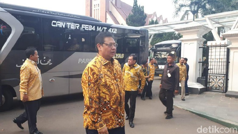 Manuver Bamsoet Disambut Parkir Bus Airlangga di Istana